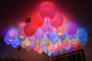 Облако из светящихся воздушных шаров